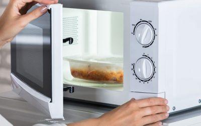 Aquecer alimentos em recipientes plásticos no micro-ondas não causa câncer